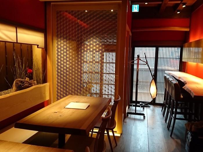 みやびで和モダンの雰囲気漂う店内。実はここは、金沢を愛した木版画家クリフトン・カーフ氏の住まいをリノベーションしたお店なのです。