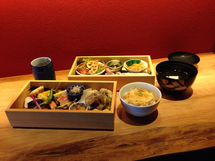 ランチ一番人気の「いち凛弁当」は、2,500円。品数豊富な美しいお惣菜と湯葉ご飯が金沢気分を盛り上げてくれます。