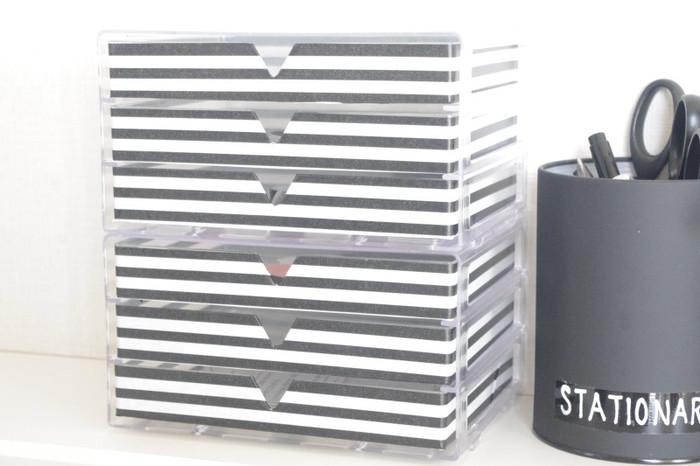 透明な引き出しケースにマスキングテープを貼ってリメイク。デスク周りのこまごまとしたものの整理に役立ちそうです。100均で買える材料で作っているので手軽にできますね。