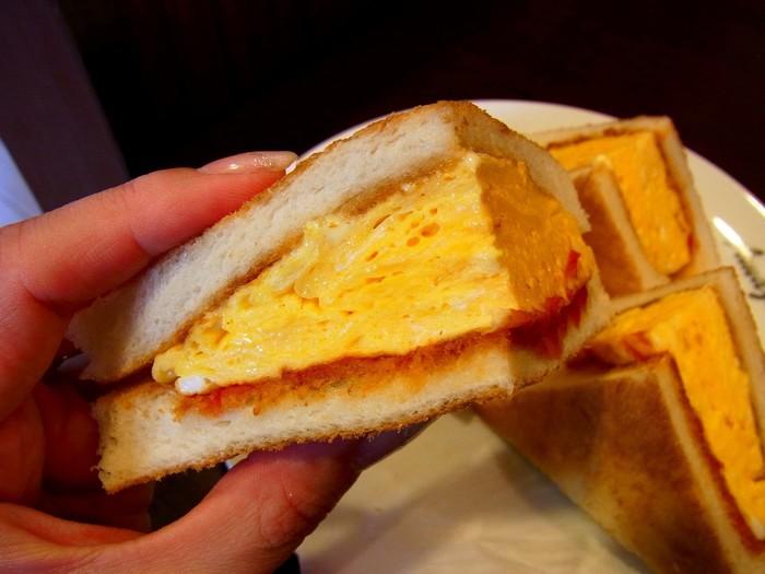 絶品サンドイッチは、チーズやハム、カツや玉子等など。どれも味良く、ボリューム満点。他に、バケットサンドやトースト、ワッフル、モーニングセットも数種あり、フードメニューは実に豊富です。 【画像は、フワッフワの卵焼きを挟んだ、アマゾン名物の「玉子サンド」。】