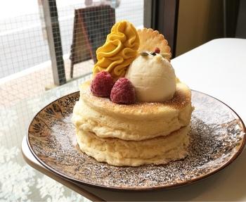 """パンケーキの種類は、実に豊富。 季節の果物とクリームをたっぷりのせた""""ごほうびパンケーキ""""や、チョコバナナパンケーキ、抹茶ソース付きの""""京のパンケーキ""""等など。  【画像は、自家製かぼちゃクリームがのった、数量限定の「秋のパンケーキ」。】"""