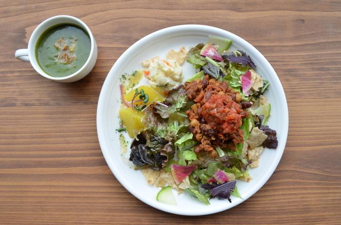 """鴨川・七条大橋の袂にある「Veg Out-vegan cafe(ベグアウト ビーガンカフェ)。鴨川を一望する店内は、スタイリッシュながらも、""""植物のようにゆったりと過ごせる空間""""です。それぞれのお料理に野菜がふんだんに取り入れられているので、ヘルシにーランチが楽しめます♪"""