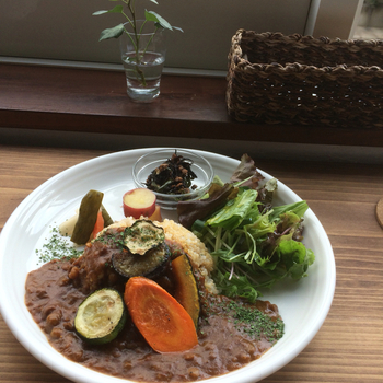"""店で提供するのは、動物性食品を一切排した""""心や身体が純粋に喜ぶ""""料理。生産者が愛情込めて育てた野菜や穀物、豆腐やテンペ等の植物性加工食品を用いて調理しています。【画像は、""""ヴィーガンカレーセット""""。】"""