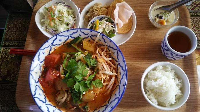 寒い季節に嬉しいのは、タイのラーメンのランチセット。日本人向けの味付けなので、辛さ控え目で食べやすいと人気。辛さは、自分好みにアレンジできます。