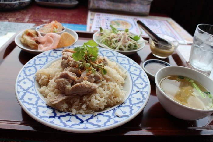 """""""カオマンガイ""""も、隠れた人気メニュー。ボリュームたっぷりで、ご飯も鶏肉の旨味をたっぷり吸い込んで美味しいと評判。"""