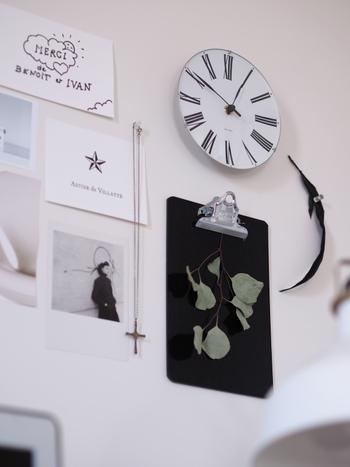 壁に取り付けたクリップボードに挟んでおけば、大事な書類も失くしません。