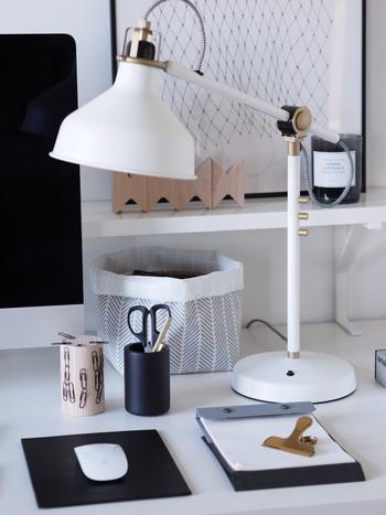 机の上に出しておくアイテムはこだわりを持って厳選して選ぶと、出しっぱなしでも美しいデスク周りに。思い切って一生ものの文房具を使うと、作業も楽しくなりそうです。