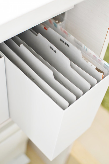 引き出しやファイルボックスの中にインデックス付きのフォルダーを設置し、ラベリングをしてわかりやすく書類収納。どこに何があるのか一目でわかりやすいですね。