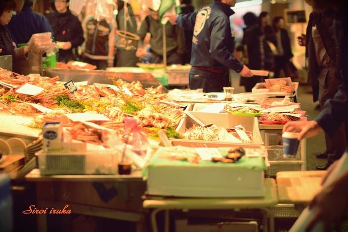 見知らぬ土地の市場は、わくわくする出会いがいっぱい! 金沢市の中心部にある「近江町市場(おうみちょういちば)」には珍しい海産物や地元の野菜などがたくさんあり、思わず気さくな店員さんとも話がはずみます。