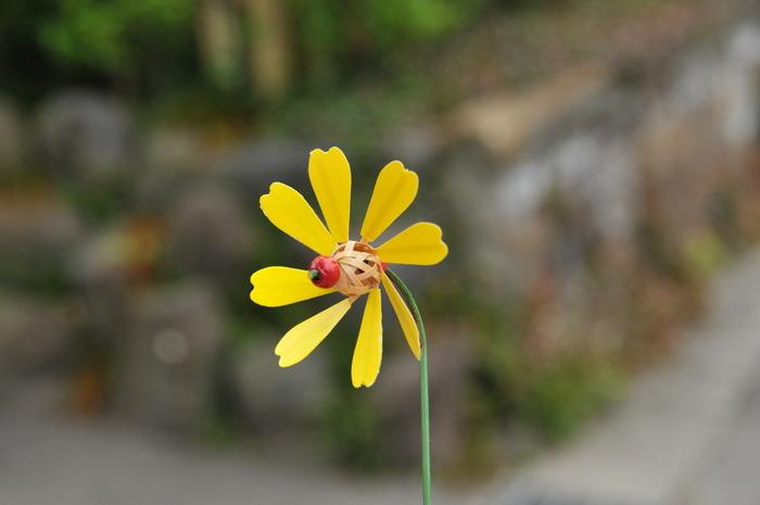 風車そのものをお花に見立てるという方法も。たくさん作ってお花畑のように飾りたくなりますね。