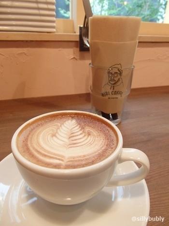 """「HIBICOFFEE KYOTO」は、""""日々の暮らしにおいしいコーヒーを""""がコンセプト。  珈琲は、自家焙煎。店内に置いた焙煎機で毎日少しずつ焙煎しているので、珈琲は、いつでも香り高く、新鮮ですっきりとした味わいです。 【画像は、ラテアートが美しい!「カフェラテ」。】"""