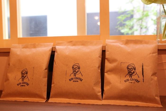 持ち帰りの珈琲豆も販売しています。深煎り、浅煎り、中煎りと、自家焙煎ならではのラインナップ。フレーバーは様々。店の方と相談しながら購入しましょう。