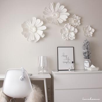 真っ白で女性らしいデスク周りは憧れ。壁に飾られた花がとても素敵です。