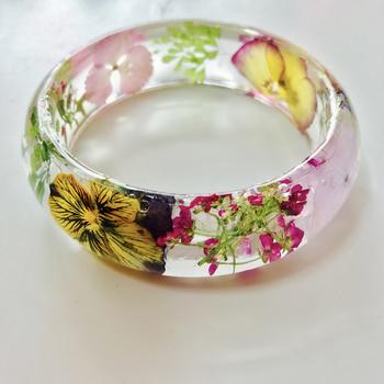 こちらはサトモさんの作品。生花の押し花を入れて作ったバングルです。型を使えばお店で販売しているようなアクセサリーも簡単に作れますよ!