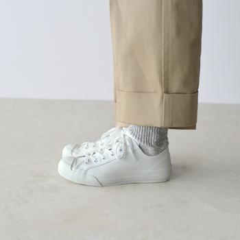 サイドのビンテージ風のステッチがポイント。 他の人とちょっと差をつけて、おしゃれも存分に楽しみたい。そして【良い靴】を履きたい。 そんな人にぜひ選んでほしい一足ではないでしょうか?