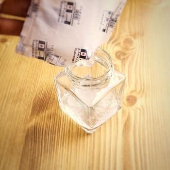 ハサミで保冷剤の端を切って、ぷるぷるのジェル状になった中身を器に入れましょう。