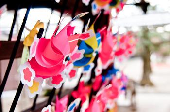 ところでお祭りの時によく見かける風車ですが、日本古来のものではなく中国から伝わり、平安時代には子どものおもちゃとして親しまれていたようです。