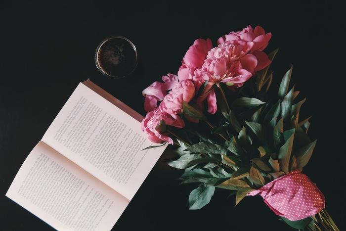 お花の色味に合わせて折り紙や可愛らしい包装紙を利用するのも素敵ですね。