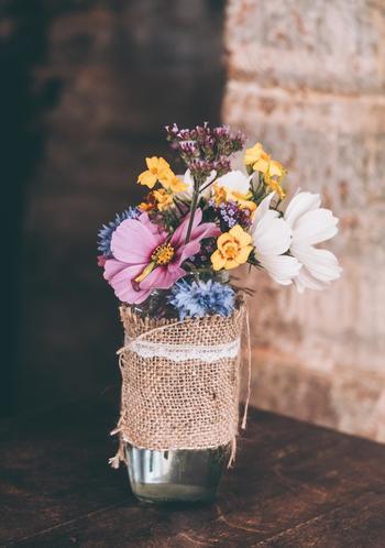 お花がカラフルな時には、ナチュラルなラッピングを合わせましょう。くるりと巻いた華奢なレースがポイントです。