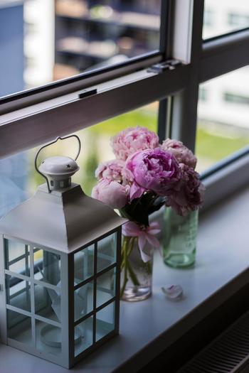 ガラス瓶に差したお花に合わせたリボンを巻くだけで、雰囲気がとても良くなりますね。