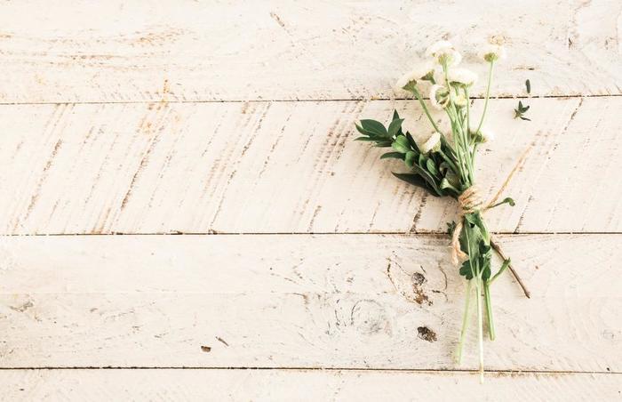 素朴な美しさを持つ花にはナチュラルな紐でまとめるだけの簡単ラッピングを。