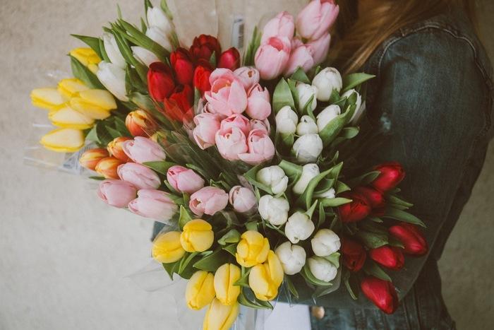 身近なアイデアが沢山ありましたね。今回ご紹介したラッピングアイデアを参考に、大切な人にオリジナルの花束を贈ってみてくださいね。
