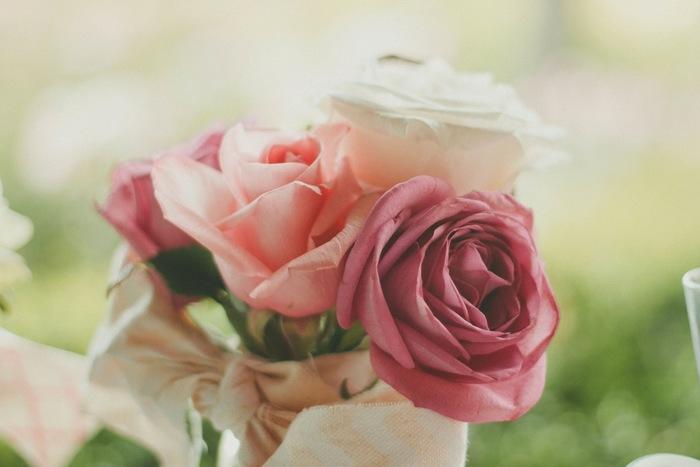 バラの色合いに合わせたリボンで束ねた花束。かしこまらずに、素直な気持ちでプレゼントできそうですね。