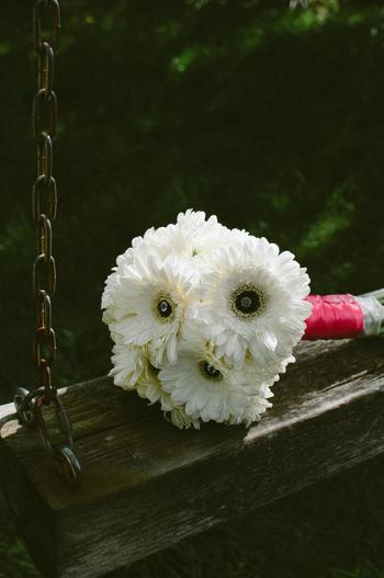 あえてラッピング部分を目立たせるというのも個性的ですね。ピンクのテープを巻くことで、白い花がより生きてきます。