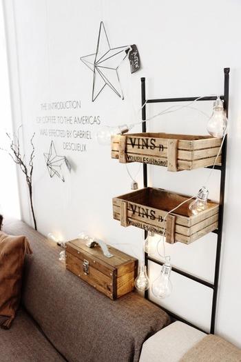 ボックスやカゴと組み合わせて使えば、収納できる量もぐんと増えます。アイアンと木目のコントラストがおしゃれ。