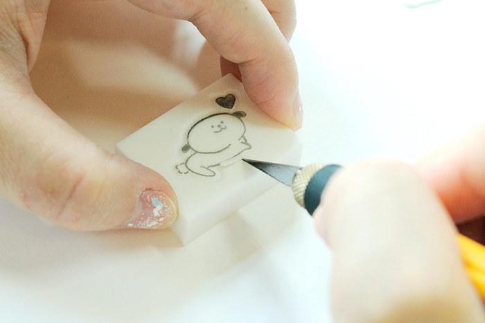 トレーシングペーパーに移した図案をハンコよう消しゴムにうつして、カッターで彫っていきます。彫る順番は、アウトラインを彫ってから、図案の中の順です。