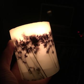 静かな部屋でキャンドルに火を灯すと、小さく揺れる光に心が落ち着きます。アロマキャンドルだと香りにも癒されますね。