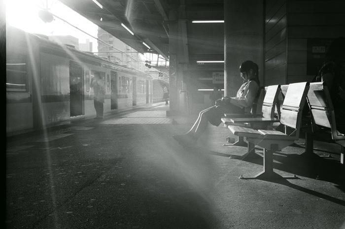 隙間から差し込む日差しが繊細に写し出されています。何気ない日常の風景からも、美しさを見つけることができるんですね。(Leica M6)