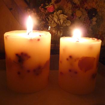 ボタニカルキャンドルに火を灯すと、ゆっくりロウは溶けていき、植物の部分は残っていきます。そんなゆったり過ぎていく時間も楽しめます。