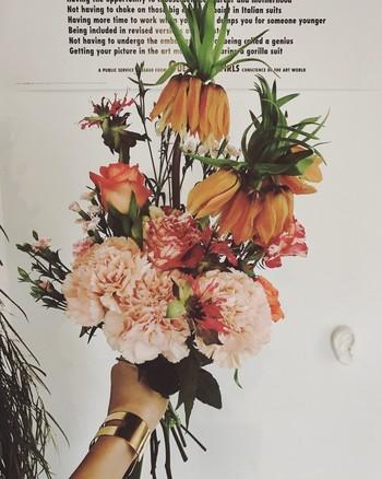 可愛さもあるけれど、決して甘くないアレンジメントはとても個性的で、まるで野の花を摘んできたかのよう。 独創的なセンスで、軽やかさが光りま