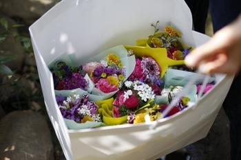 小さな庭のような佇まいの店内では、生花やドライフラワー、プリザーブドフラワーなど、独特の感覚で選り抜かれた花々が揃います。 店名にもある「THE LITTLE」=「ちょっとした」を大切に、花をいつも身近に感じてほしいとの願いが込められています。