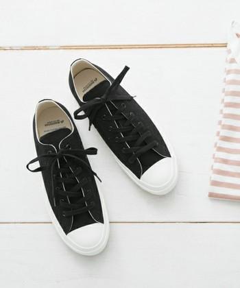 熟練の職人さんたちの手作業と、窯の中で加熱・加圧されて生まれる【Made in KURUME】のスニーカーは、丈夫でゆがむことがなく、ずっと美しいシルエットを保ったまま履き続けることができます。