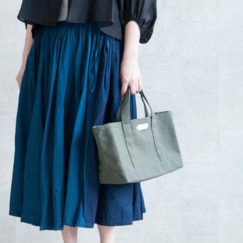 小さめのトートバッグは、ランチにちょっとお財布を持ってお出かけする時や、お散歩に行く時にも重宝します。