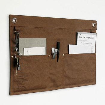 A3サイズのウォールポケットは、壁に貼っておくだけで書類やペン、鍵など失くしたくない物の収納ができる優れもの。シンプルなデザインでカッコいいですよ。