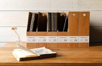 ファイルケースもおしゃれなものを使えば、デスクの上に置いても見苦しくなりませんね。ナンバリングがされているので、書類の種類ごとに分けるのも良さそうです。