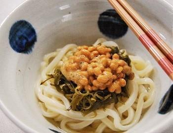 冷凍うどんやめかぶ、納豆を常備している方なら、すぐに作れます。讃岐や稲庭うどんなら、さらに上等な味わいに。夏は冷やしても◎