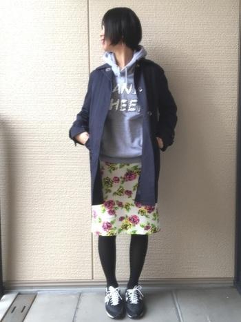 逆にこちらのコーディネートはモノトーンなKARHUを合わせて、あくまでも脇役に。花柄のスカートでアクセントをみせつつ、大人っぽい着こなしにまとめています。