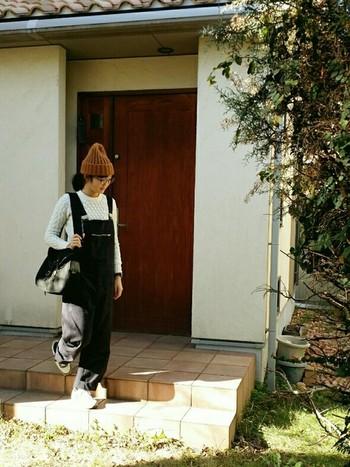 サロペットをシンプルに着こなしたコーディネート。モノトーンで揃えることで、まとまりのあるコーディネートに仕上がっています。ニット帽はブラウンとナチュラルなカジュアル感の引き立つカラーで。