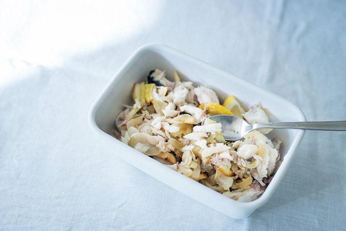 タラやサワラなどの白身魚とたっぷりのレモンを組み合わせたそぼろのレシピ。塩とレモンのシンプルな味付けです。