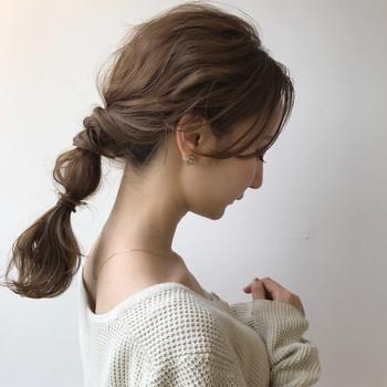 広がってまとまりにくい髪もねじってからまとめれば髪のボリュームも抑えられてオシャレ♪ ゴムの結び目に髪を巻きつけるとより◎