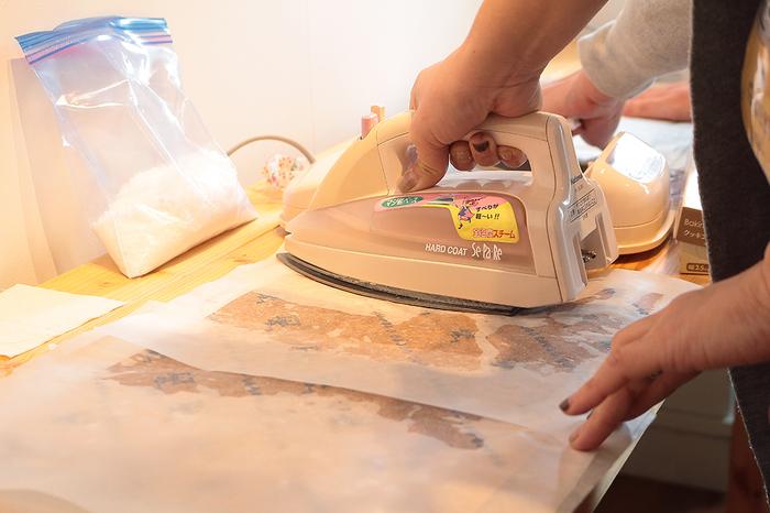 その上にクッキングシートを敷いて、アイロンをかければだんだんとロウが溶けて紙に染みこんでいきます。まんべんなくロウが溶けて紙に浸透すれば出来上がりです。
