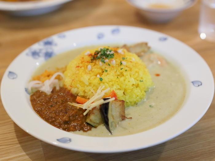 asipai」のカレーは、スパイスがふんだんに使われ、風味もコクも豊か。インドカレーとも欧風カレーとも、スープカレーとも違うオリジナルの味わいです。 【画像は、「鳥取の豚キーマカレーとココナッツカレー」。】