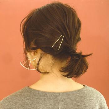 定番のポニーテールは、ゴールドピンでオシャレに髪のボリュームを抑えましょう。