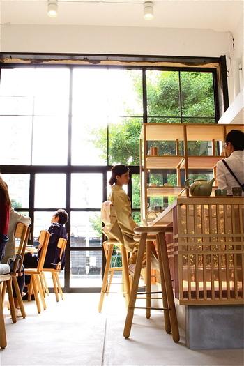 「Kaikado Cafe」は、京都の老舗茶筒店「開化堂」が運営するカフェ。河原町七条交差点のすぐ近く、河原町通沿いに店舗があります。