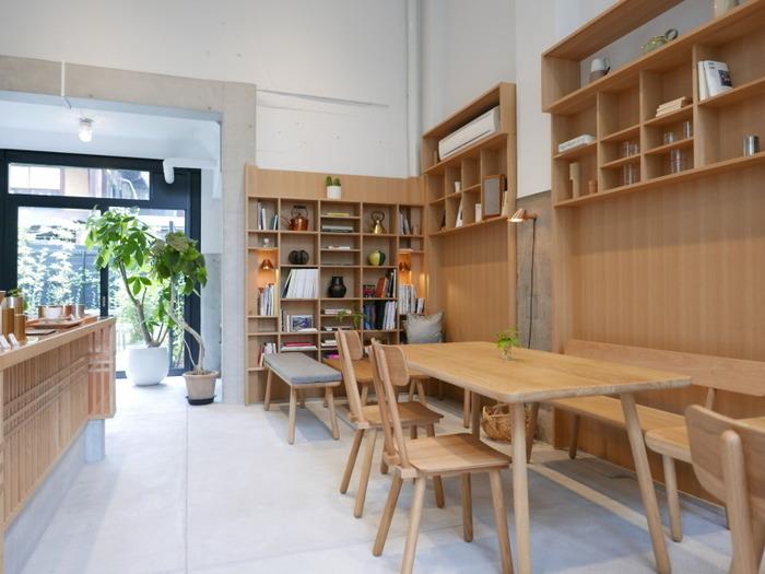 レトロな建物を改装した店内は、窓も天井も高く、開放的。木のテイストが生かされ、スタイリッシュながらも温かみのある雰囲気です。