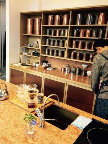カウンター奥の棚に並ぶのは、「開化堂」の茶筒。スタッフ一人に付き1個から数個担当して、各スタッフが出勤日に撫でて成長させています。筒それぞれで色が異なるので、来店の際はぜひ眺めてみましょう。